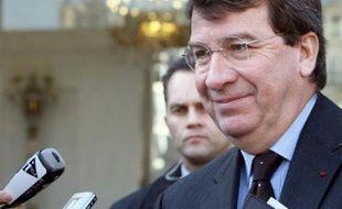 Le ministre de l'Education, Xavier Darcos, a clôturé samedi dans une ambiance houleuse une journée de débats sur la réforme du lycée et la vie lycéenne qui a réuni dans l'Essonne 600 représentants lycéens nouvellement élus, a constaté un journaliste de l'AFP.