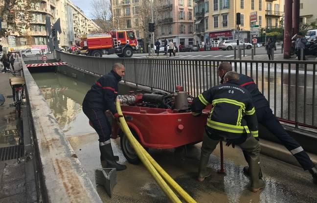 Les pompiers mènent une opération de pompage, dans le tunnel de Riquier, à l'est de Nice.