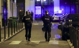 Deux policiers en patrouille dans le 2e arrondissement de Paris, samedi 12 mai 2018.