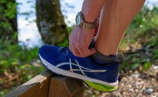 Un joggeur laçant ses chaussures de running. Illustration.
