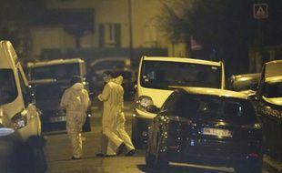 Des experts de la police lors d'une perquisition le 24 mars 2016 dans un appartement à Argenteuil