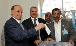 """Le nouveau président yéménite Abd Rabbo Mansour Hadi a prêté serment devant le Parlement samedi, s'engageant à """"préserver l'unité du pays"""" et à """"poursuivre le combat contre Al-Qaïda"""", deux jours avant son investiture en présence de son prédécesseur Ali Abdallah Saleh."""