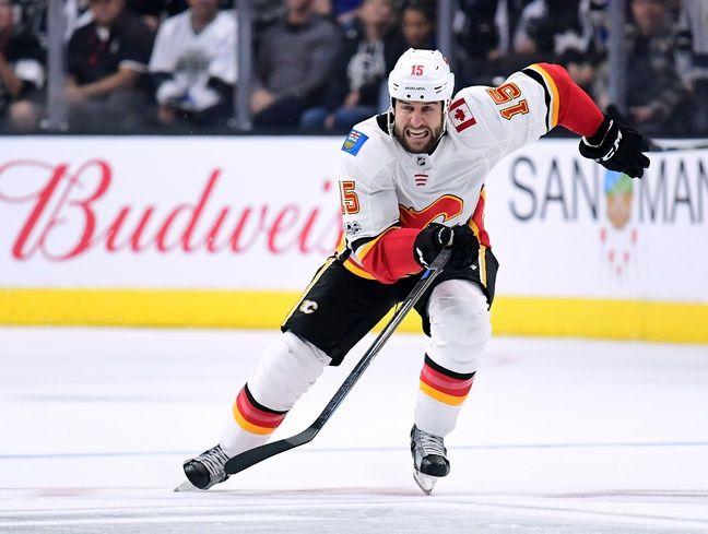 Tanner Glass portait encore le maillot des Caglary Flames en NHL la saison dernière.