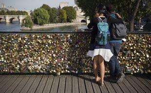 Un couple sur le Pont des Arts à Paris, le 1er août 2013.