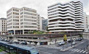 Mériadeck fait partie de l'héritage légué aux Bordelais par le prédécesseur d'Alain Juppé, Jacques Chaban-Delmas. Sa construction a été décidée en 1955, en lieu et place d'un quartier populaire. Aujourd'hui, il abrite un centre commercial et administratif. Depuis 2007, cet ensemble très seventies est classé au patrimoine mondial.