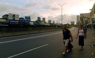 Des touristes marchent sur le bord de la route à Colombo après le couvre-feu décrété au Sri Lanka, le 21 avril 2019.
