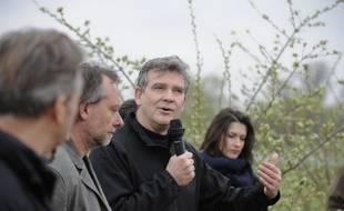 Arnaud Montebourg lors de l'inauguration d'une plantation d'amandiers biologiques, à Sallèles-d'Aude le 4 mars 2021.