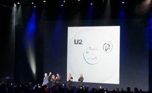 Tim Cook, le PDG d'Apple, et le groupe U2 sur la scène du Flint Center de Cupertino pour le lancement de l'Apple Watch et des iPhones 6 et 6 Plus.
