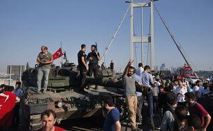 Des Turcs se rassemblent auprès des forces loyalistes, à Istanbul, samedi 16 juillet.