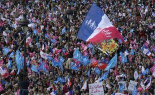 Les opposants au mariage homosexuel de la Manif pour Tous aux Invalides à Paris le 26 mai 2013