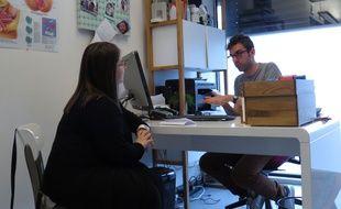 Sage-femme au Pré-Saint-Gervais, Adrien Gantois assure le suivi gynécologique de plusieurs de ses patientes, dont Olivia, qui le consulte depuis quelques mois.