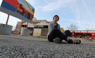 Sophie Cardin devant l'une de ses œuvres aux Ateliers du vent.