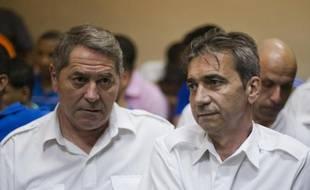 Jean-Pascal Furet (g) et Armand Victor Bruno Odos (d), les deux pilotes français condamnés en République dominicaine pour trafic de cocaïne, pris en photo le 4 février 2014, à Higuey (République dominicaine)