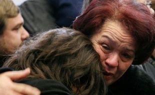 Les familles des victimes de l'incendie meurtrier qui a ravagé un immeuble de Roubaix en novembre 2005.