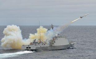 Un navire sud-coréen tire un missile lors d'un exercice de défense des îles Dokdo, le 19 juin 2014.
