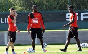 Quintero (à g.) et Boga (à d.), entourant Paul-Georges Ntep à l'entraînement.