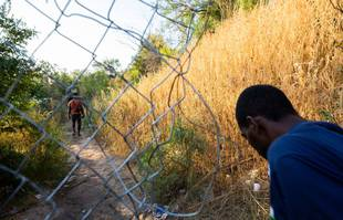 Des migrants haïtiens reviennent de Del Rio, au Texas, à Ciudad Acuna pour obtenir de la nourriture et de l'eau le 18 septembre 2021.