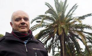 Jean-Michel Meuriot devant un palmier Phœnix canariensis