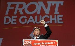 Le candidat du Front de gauche à la présidentielle Jean-Luc Mélenchon et 500 sympathisants se sont réunis lundi soir devant l'ambassade de Grèce à Paris, en soutien aux manifestations massives dans ce pays contre un nouveau plan de rigueur, a constaté un journaliste de l'AFP.