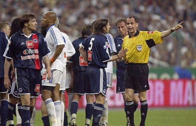 Bertrand Layec en grande discussion avec Pochettino, lors de la finale de la Coupe de France PSG-AJA en 2003.
