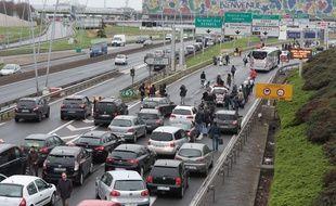Des passagers tentent de rejoindre leur terminal samedi 18 mars 2017 alors que l'aéroport d'Orly a fermé plusieurs heures après l'attaque.