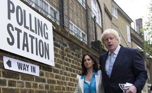 Le maire de Londres Boris Johnson (d) et sa femme, le 7 mai 2015 après avoir déposé leurs bulletins de vote