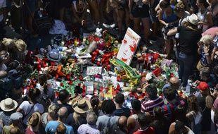 La foule se recueille sur les Ramblas de Barcelone en mémoire des victimes des attentats survenus le 17 août.