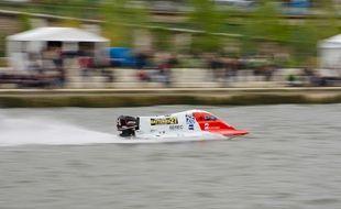 Un bateau en pleine course aux 24 h motonautiques de Rouen en 2015.