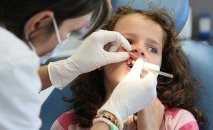 Une fillette chez le dentiste