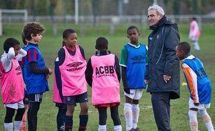 L'ancien sélectionneur de l'équipe de France, Raymond Domenech, dirige un entraînement des moins de 11 ans de Boulogne-Billancourt, mercredi après-midi.