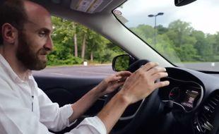 Des chercheurs américains sont parvenus, en juillet 2015, à prendre le contrôle, à distance d'une voiture connectée