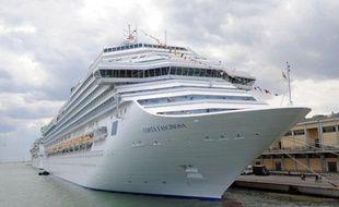 Près de quatre mois après le naufrage du Costa Concordia, un nouveau navire de croisière géant de la compagnie Costa Crociere, le Costa Fascinosa a été inauguré samedi à Venise, en dépit des critiques sur la présence de ces géants des mers à proximité des côtes.