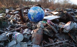 Un globe terrestre perdu au milieu d'une décharge