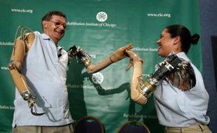Des patients équipés de bras bioniques développés par le docteur Todd Kuiken.