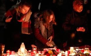 A Berlin comme sur les réseaux sociaux, nombreux sont ceux qui ont rendu hommage aux victimes de l'attentat du marché de Noël berlinois.