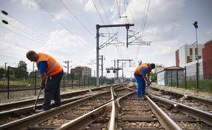 Le 15 juillet 2013. Gare de Bondy, Seine-Saint-Denis, Ile de France.  Des agents de la SNCF inspectent et resserrent si besoin les eclisses (barre metallique a 2 , 4 ou 6 trous)  des aiguillages des voies ferrees. C'est ce type de piece qui serait a l'origine de l'accident ferroviaire de Bretigny-sur-Orge. La SNCF s'est donne 15 jours pour verifier l'ensemble des 5000 eclisses du reseau ferre francais. // Photo : V. Wartner / 20 Minutes