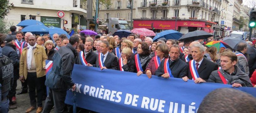 Une centaine d'élus en écharpe ont tenté vendredi à Clichy (Hauts-de-Seine) d'empêcher ce vendredi des fidèles musulmans de faire leur prière dans la rue.