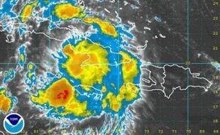 En raison de la température élevée des eaux, des experts n'ont pas exclu que Fay puisse se convertir en cyclone, qui suppose des vents à plus de 118 km/h.
