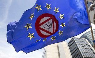 Un drapeau aperçu dans une manifestation de soutien à la Grèce organisée le dimanche 21 juin 2015 à Bruxelles (Belgique).