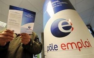 Un employé du Pôle emploi (ex-ANPE/Assedic) de Saint-Quentin (Aisne) s'est pendu dans la nuit de jeudi à vendredi sur son lieu de travail, a-t-on appris vendredi auprès des secours et du directeur régional du Pôle emploi.