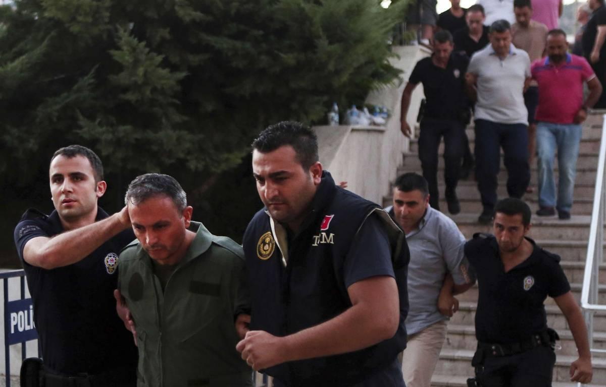 Un membre des forces armées turques, suspecté d'être impliqué dans le coup d'Etat raté, est arrêté, le 17 juillet 2016 à Mugla (Turquie). – Tolga Adanali / SIPA
