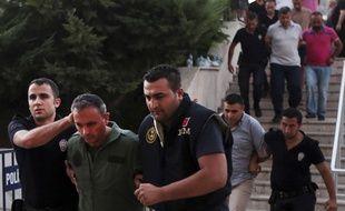 Un membre des forces armées turques, suspecté d'être impliqué dans le coup d'Etat raté, est arrêté, le 17 juillet 2016 à Mugla (Turquie).