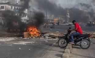 Un manifestant à Cotonou, au Bénin, le 1er mai 2019.