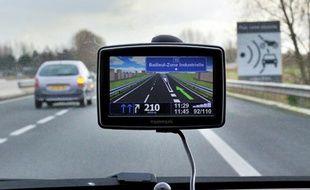 Les systèmes de guidage des automobilistes et la cartographie sur internet ont bien failli faire disparaître les bonnes vieilles cartes routières