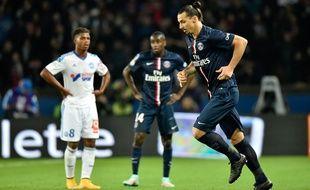 L'attaquant du PSG Zlatan Ibrahimovic sous les yeux du Marseillais Lemina, le 9 novembre 2014 au Parc des Princes.
