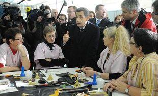 Nicolas Sarkozy rencontre les ouvrières de Lejaby àYssingeaux, le 8 mars 2012.