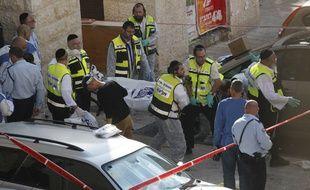 Les secours israéliens sur les lieux de l'assaut contre une synagogue à Jérusalem le 18 novembre 2014.