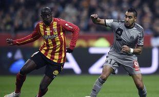 Dimitri Payet à la lutte avec Adamo Coulibaly au stade de France, lors de Lens-OM le 22 mars 2015.