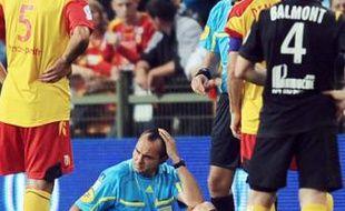 L'arbitre assistant, Johan Perraux, touché par un projectile lors du match Lens-Lille, le 11 septembre 2010 à Lens.