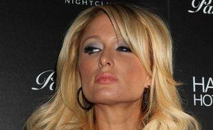 """Paris Hilton à Las Vegas (Etats-Unis) lors du lancement de PARISHILTON.COM, organisé dans la boîte de nuit """"Vanity"""", le 16 janvier 2010."""